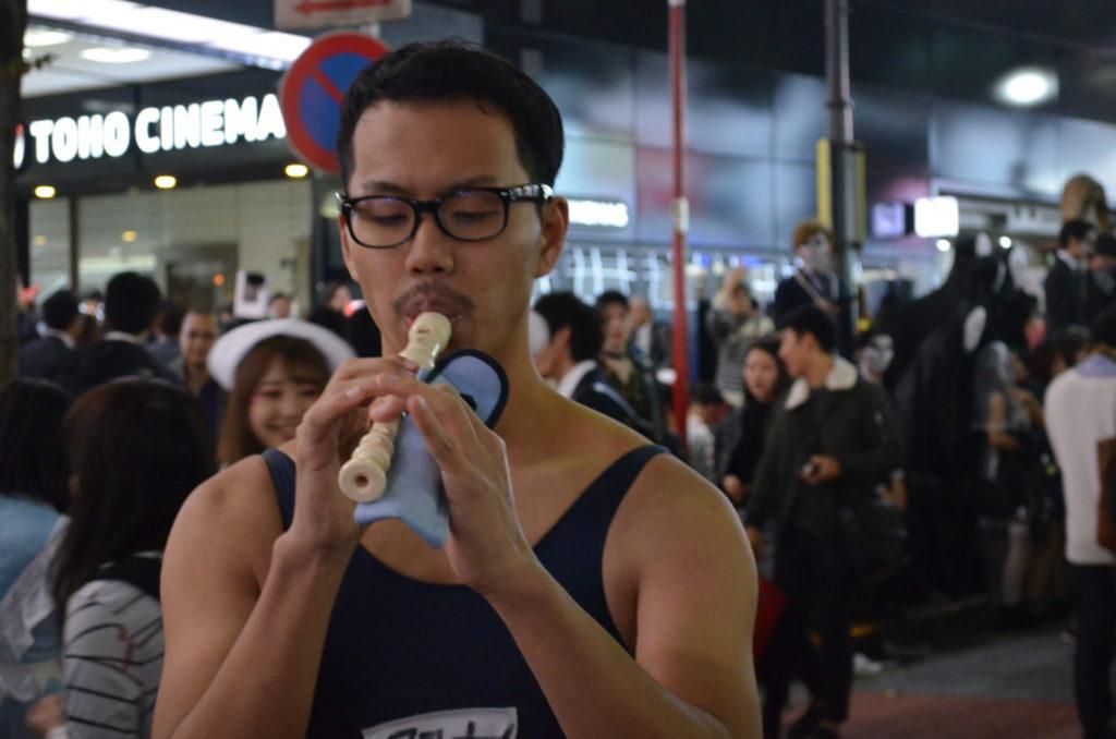 渋谷で笛を吹く